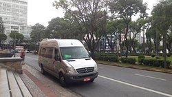 Van Sprinter 515, 20 lugares, na Praça da Liberdade. Aluguel de van com motorista para city tour na Praça da Liberdade.