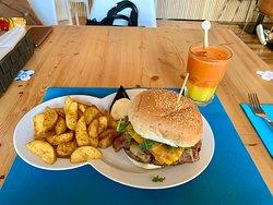 Hambúrguer de angus com cheddar, e sumo de laranja, cenoura e gengibre.