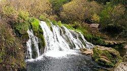 du village Talambot  dans le parc national de Talassentane . Cet  endroit est connu essentiellement  par ses cascades et aussi son fameux pont de Dieu  ..formè d' un rocher en arc suspendu à 25 mètres de haut au dessus de l 'oued Farda . Destination de plus en plus prisée des touristes .  Situé  à environ 35 km de Chefchaouen  Une très belle aventure.