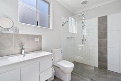 1 Queen Bed 1 Single Bed Bathroom