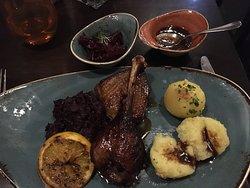Gänsebrust und Keule mit Kartoffelknödel und Rotkraut