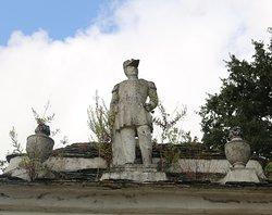 On peut y voir une statue sur le premier niveau de la couverture du toit de cette chapelle funéraire