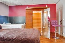 Le spa privatif avec sauna et balnéothérapie.