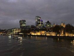 La city illuminata e la Torre di Londra visti dal ponte