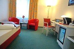 Einzelzimmer Komfort Ausstattung mit Kaffeemaschine, Kühlmöglichkeit, gemütlich Sitzmöglichkeit für 2 Personen Suitpad