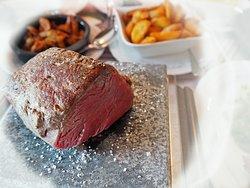 Geniessen Sie in unserem Restaurant BrennBar Steaks vom heissen Stein