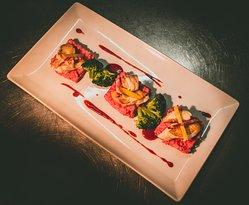 Médaillons de lotte, sauce framboises et estragon, risotto de betteraves et brocolis