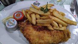 """La porzione """"regular"""" di fish anf chips ...."""