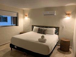 Habitación planta baja con cama King Size, caja de seguridad y Aire Acondicionado.