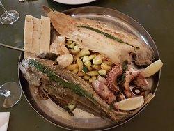 Ein weitere Fischplatte mit ganzer Seezunge, ganzer Knurrhahn (ist tatsächlich auch ein Fisch :-) Pulpo, Jakobsmuscheln, Kartoffeln und Zucchetti.