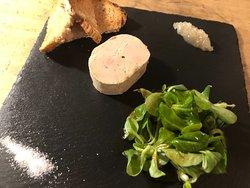 Foie gras maison au muscat, compotée d'échalotes.
