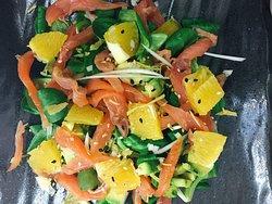 Orenji Salad con salmon ahumado