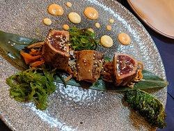 Tataki de atun de almadraba con verduras salteadas, ensalada de alga, crujiente de Kale y ponzu.