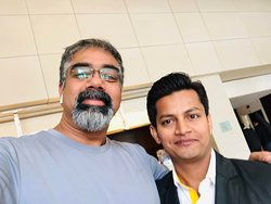 Rajesh Roshan Ray + Swami Nathan - Selfie at the hotel lobby