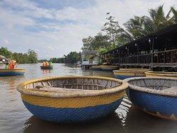 바구니배~ 일명 코코넛 배를 타고 쿠아칸 리버를 즐길 수 있음