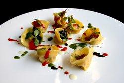 Ravioli di astice, bufala campana, aglio nero fermentato, pesto di salicornia