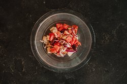 "Ensalada ""griega"" con queso feta, tomate, cebolla morada, aceituna negra de Kalamata y pepino."