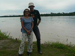 Mi mujer y yo estamos en la selva amazónica, en la orilla izda del Amazonas, Es plena selava a 60 km de Iquitos. Lo de enfrente es una isla, la anchura real del río, sin isla, es de varios kilómetros. El hotel - Heliconia Lodge - está metido en plena selva y perfectamente integrado