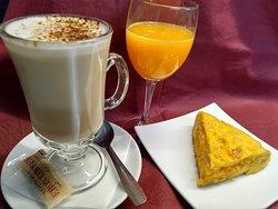 Desayuno con cafè doble,tortilla y zumo natural