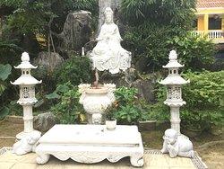 Phac hat Pagoda courtyard statues