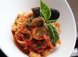 SPAGUETTI FRUTTI DI MARE, espectacular preparación con frutos del mar, verduras, napolitana y peperonccino.