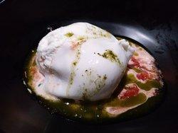Burrata fresca inyectada con salsa de albahaca y Bloody Rosi