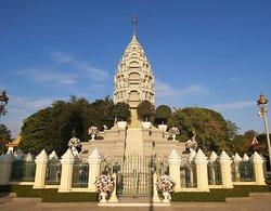 Autre stupa, de style différent cette fois avec cette forme de tour d'Angkor