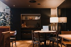 Kram Bar está ubicado a pocos minutos de una parada de metro, centro comercial y el Parque del Cauce del Río Turia.