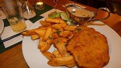 Schnitzel Wiener Art mit Champignonsauce jeweils moit Pommes frites und Salat vom Buffet (escalope de veau à la sauce champignons et choix de salades au buffet).