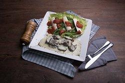Salada de folhas verdes com palmito, tomate seco e filé aos cubos de gorgonzola