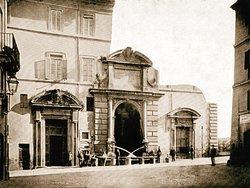 La fontana nella posizione originaria, dalla parte opposta, su Via Giulia - Roma segreta