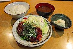 かつ丼吉兵衛の定食メニュー☆ 和風の甘だれをたっぷりと。ご飯と一緒に食べたくなる和風とんかつ定食です。 赤だし・ポテトサラダ・白ご飯付きです。 白ご飯は並盛・大盛・特盛からお選びいただけます!