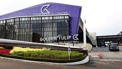 Le Golden Tulip Holland Resort est un nouvel hôtel situé sur la colline de Batu, près de Malang,au centre de Java. Il se situe à quelques minutes en voiture des principaux parcs d'attractions telles que les parcs Jatim Park1, 2 et 3 (navette gratuite) et du musée Angkut.Il a un spacieux halle à l'entrée, comprenant un restaurant et un joli bar ouvert pour une collation et divers jus, cocktails et vins, une décoration moderne et une magnifique vue sur les montagnes environnantes.