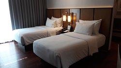 Chacune des chambres dispose d'un balcons privés offrant une vue panoramique, dont certaines sur la ville de Batu, le mont Arjuna et le mont Panderman. Notre chambre double communiquante avec la chambre avec des lits jumeaux pour nos enfants étaient spacieuses, propres, confortables, avec un bureau, des lits confortables, une grande salle de bain avec vue sur l'extérieur, un endroit calme, parfaite pour des vacances en famille.  PINO