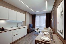 Апартаменты полностью оборудованы всем необходимым для жизни: от всей необходимой бытовой техники до посуды и домашних тапочек.