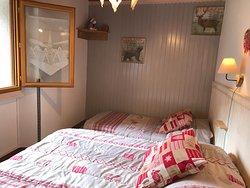 chambre 3 personnes avec 1 lit double en 140 et 1 lit simple en 90