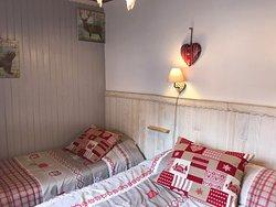 chambre avec 1 lit double en 140 et 1 lit simple en 90