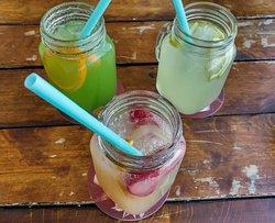 Limonadas de manzana verde, limón y lichi