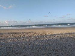 Foto do final de tarde na Praia do Calhau, em São Luis, MA.