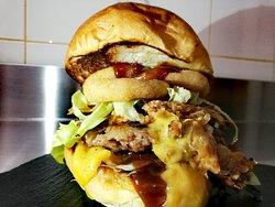Hamburger del giorno con cheddar, bacon, anelli di cipolla, salsa BBQ, insalata