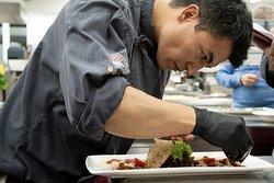 Köche mit Liebe zum Detail bei der Zubereitung