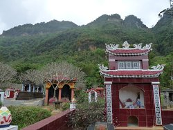 Begraafplaats onderweg naar Ban Lac en Pom Coong