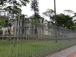 Gradil e fachada lateral do Palácio da Liberdade