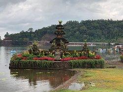 Декабрь 2019 у нас была лучшее путешествие по северу Бали! На этом сайте мы нашли отличного водителя Kadek. Этот парень очень вежливый, пунктуальный, улыбчивый и симпатичный! Лучший гид и водитель, а так же фотограф. Кадек забрал нас с нашей виллы в 10, мы посетили два известных храма, водопад Munduk, горячий источник Banjar и озёра-близнецы. Kadek везде помогал делать красивые фото. Машина комфортная, есть кондиционер, вода, салфетки, также зонты для всех. Спасибо, Kadek! Лучшие пожелания!