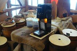 レジ横 コーヒー豆樽がいっぱい