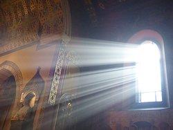 Wnętrze katedry. Wpadające promienie słońca.