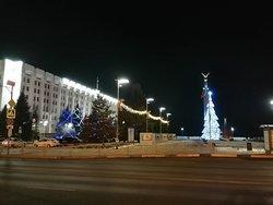 Новогодняя ёлочка рядом с Монументом славы и зданием Обладминистрации