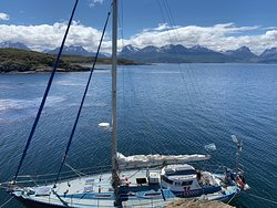 Inolvidable experiencia navegando en el Canal de Beagle con el velero If y su capitan Mariano. Únicamente con Tres Marias Excursiones se puede acceder a la isla H.