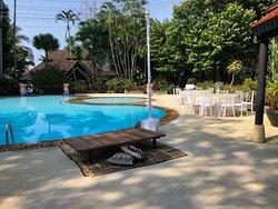 большой бассейн, лежаков нет, ведь подготовка к свадьбе, загорайте на бетоне! это не лежаки, это столики низкие, ну типа китайские или турецкие