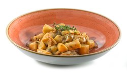 Njoki   Gnocchi  JURČKI · sveži jurčki, olivno olje, maslo, sveže začimbe, belo vino, zelenjavna osnova  PORCINI · fresh porcini, olive oil, butter, fresh herbs, white wine, vegetable stock